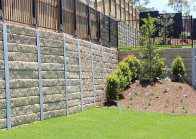 Sandstone Effect Retaining Wall with Galvanised Fence Brackets (Augustine 1)